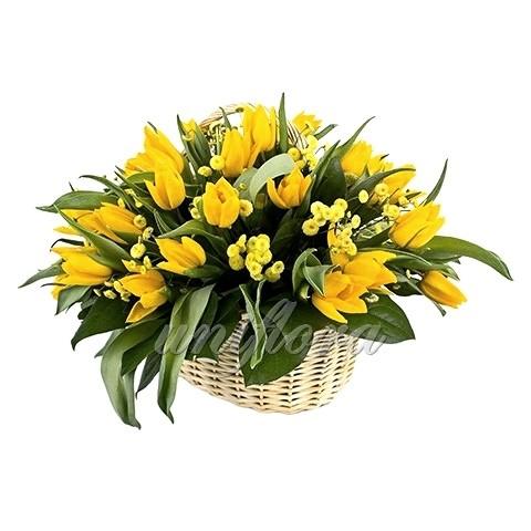 Корзина с 21 желтым тюльпаном